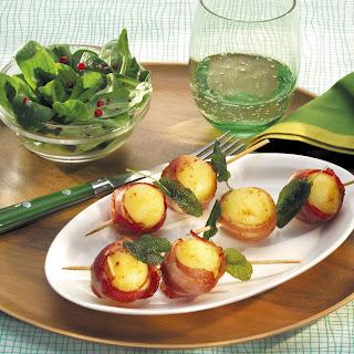 Gebratene Knödelspieße mit Speck und Feldsalat
