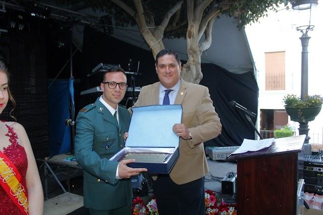 El alcalde, Francisco Alonso, entrega la placa homenaje a la Guardia Civil por su 175º aniversario.