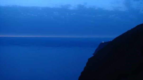 de vuurtoren van Ponta do Pargo pinkt in de avondschemering.