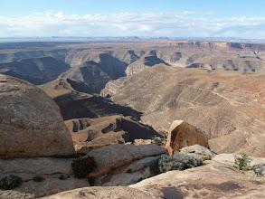 Photo: Muley Point. Vue vers le Sud-ouest, le canyon de la San Juan River qui passe par Mexican Hat et qui se jette dans le Colorado bien plus loin