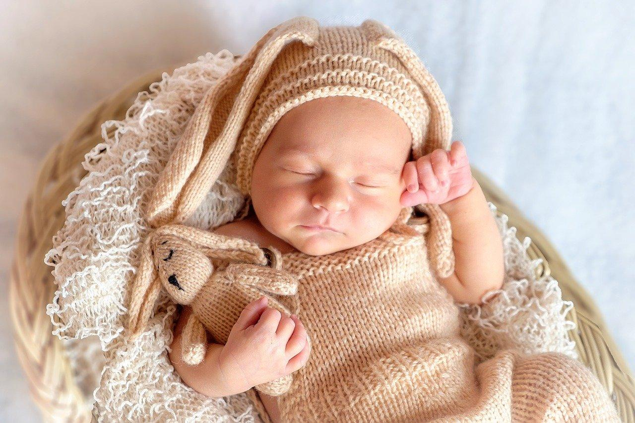 Baby sleeping pose
