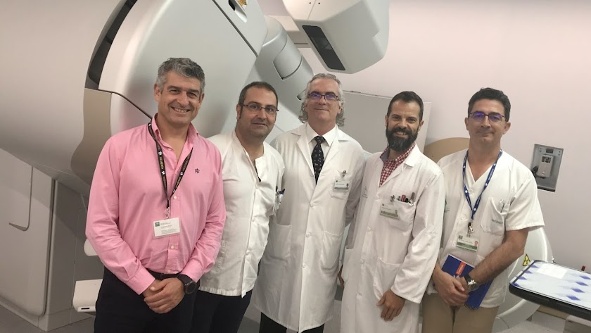 el gerente del Hospital, Manuel Vida (en el centro) junto a parte del equipo directivo con la nueva maquinaria.