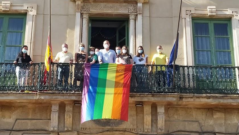 La bandera arcoiris fue desplegada en el edificio consistorial durante la mañana de ayer.