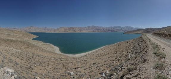 Der Yashilkul ist von sandfarbenen Bergen umschlossen.