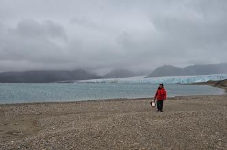 Photo: Fabien promène Gino sur le long de la mer