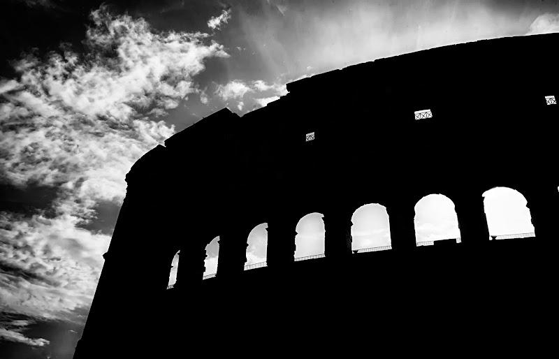 L'ombra del colosso di Roberto Di Patrizi