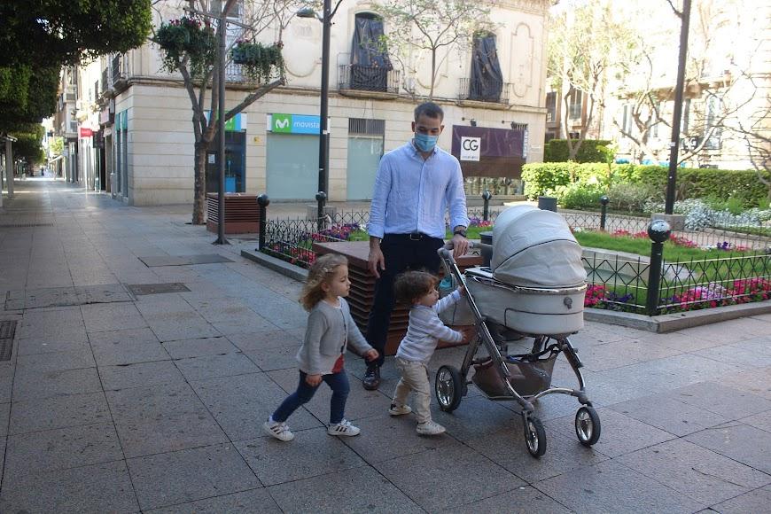 Cayetana y Francisco junto a su hermana, Leonor, en su primera salida a la calle junto a su padre, Francisco.