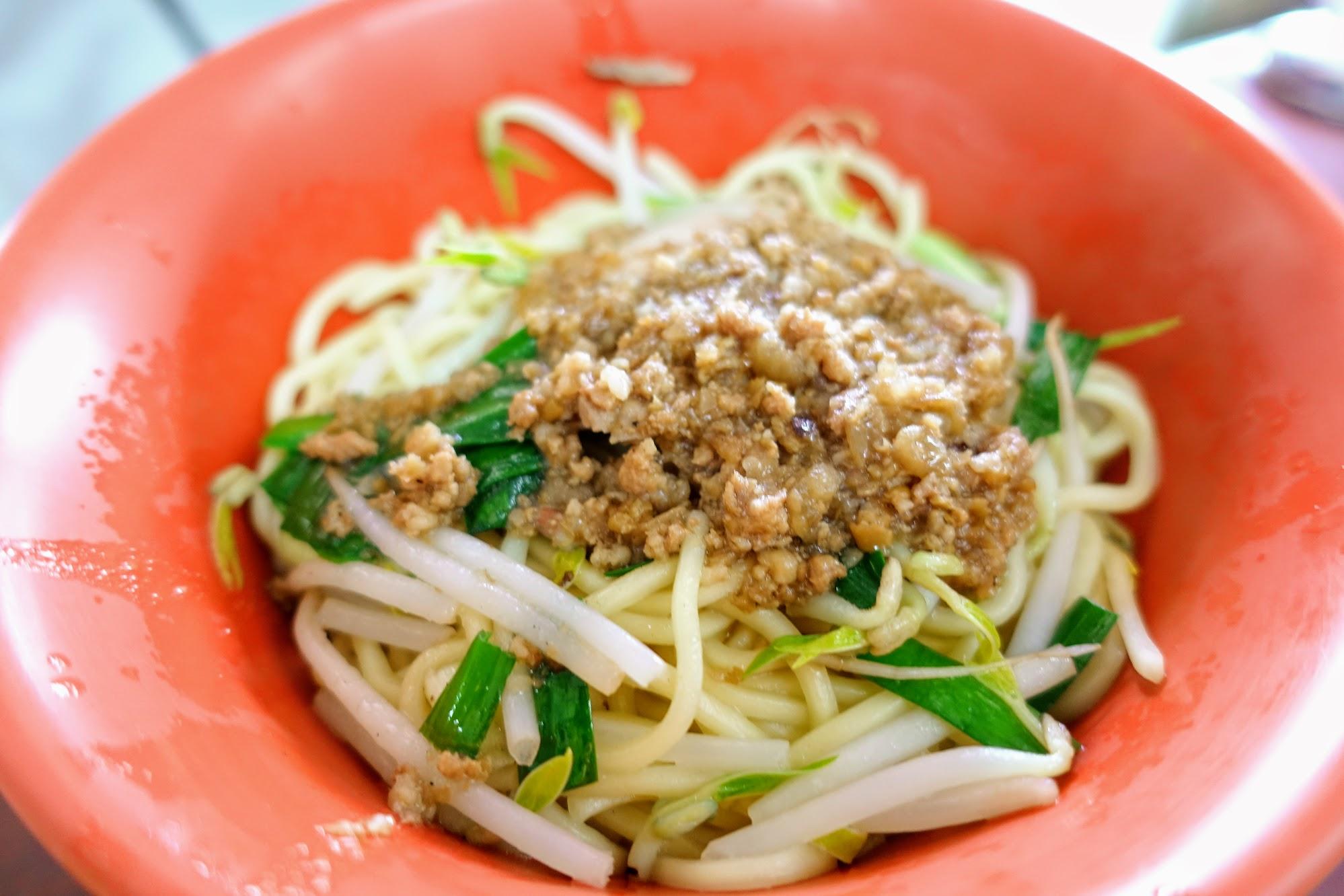 就一般的油麵,上頭有肉燥/韭菜/豆芽菜等,底下則有麻醬汁