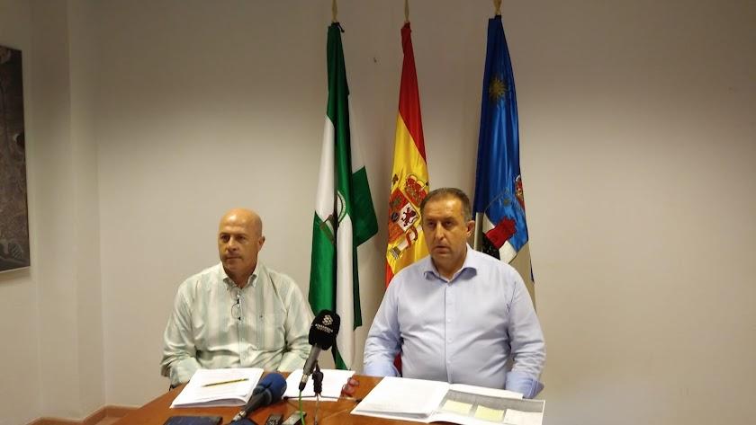 Los dos concejales de Vox, durante la rueda de prensa de este viernes.