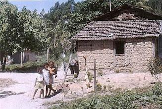 Photo: Moradias que resistem ao tempo, estruturadas em esteios de madeira nobre, com paredes tecidas em barro: a arte do estuque. Linharinho, dezembro/ 2004