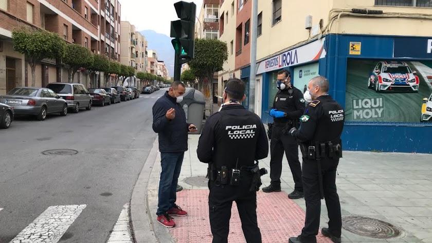 Agentes controlando las salidas en las calles de El Ejido.