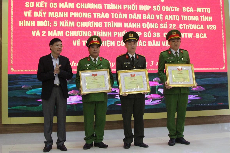Thừa ủy quyền, đồng chí Nguyễn Văn Thông, Phó Bí thư Tỉnh ủy trao Bằng khen của Ủy ban MTTQ Việt Nam cho 1 tập thể và 2 cá nhân thuộc Công an Nghệ An