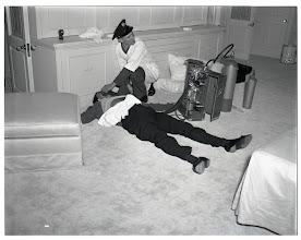 Photo: Foto autêntica da cena do crime de Johnny Stompanatto, no apartamento da atriz Lana Turner. O Gangster foi morto pela filha de Turner.