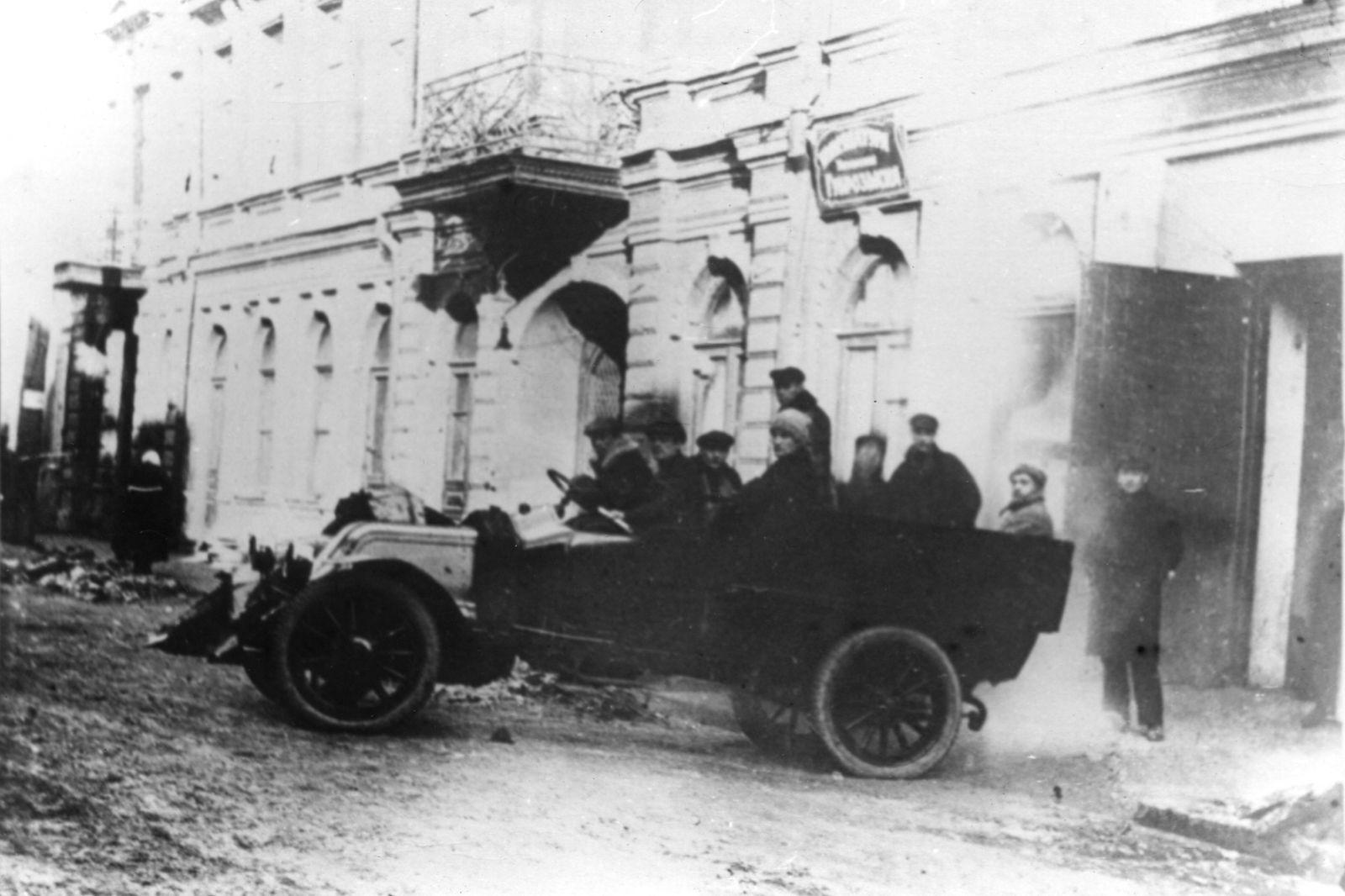 Виїзд співробітників розшуку на операцію, 1920 рік. Цього будинку у провулку Короленка (тоді — Петровському) вже немає. Фото з музею міліції