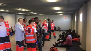 Atención de Cruz Roja ayer por la tarde a los 53 migrantes subsaharianos rescatados por Salvamento en el mar de Alborán.