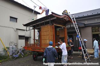 Photo: 【平成21年(2009) 宵々宮】  山車も屋根の上に登って念入りに埃を落とす。