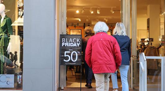 Colas y tiendas abarrotadas: el Black Friday llena de vida el centro