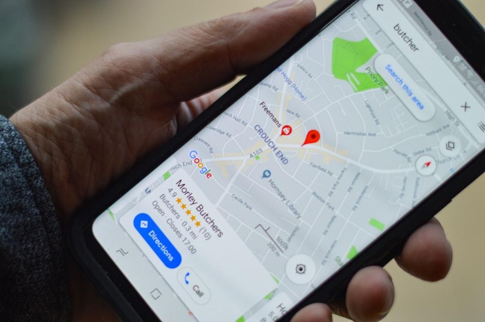 Persona sosteniendo un móvil con Google Maps
