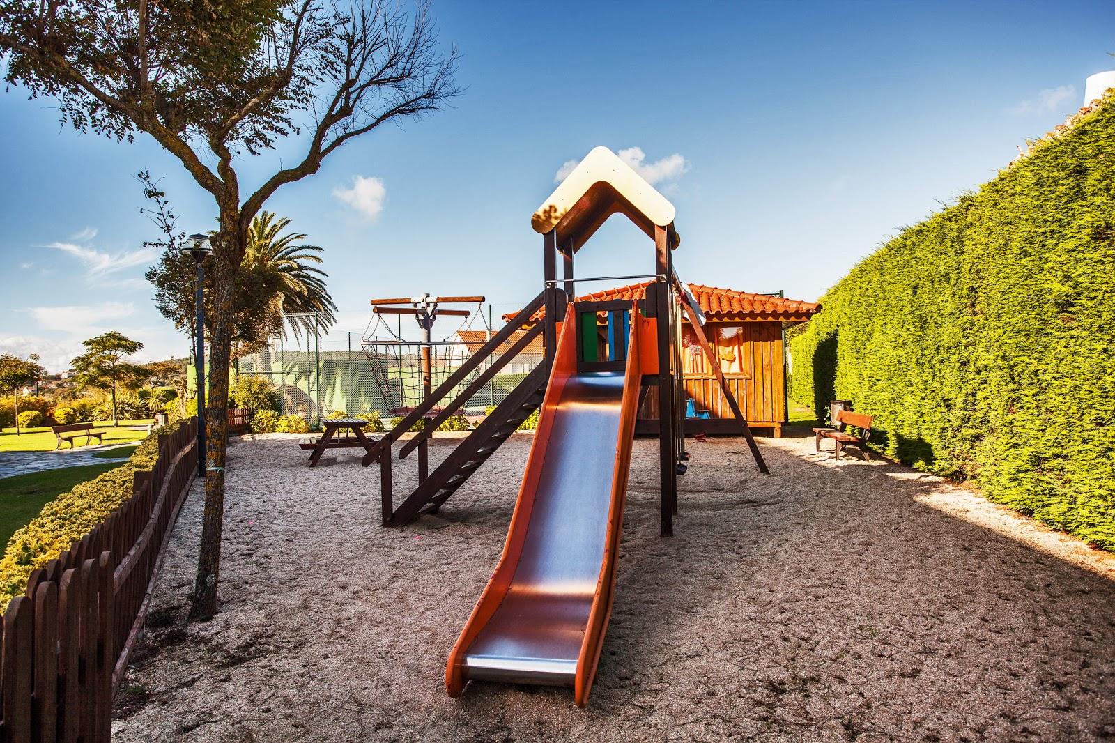 Columpios y zona de juego para niños en el Hotel Spa Galatea