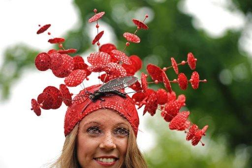 Photo: Une jeune femme porte un chapeau extravagant lors du meeting de Royal Ascot, célèbre course de chevaux à Windsor, dans le Berkshire. (© 2012 AFP)