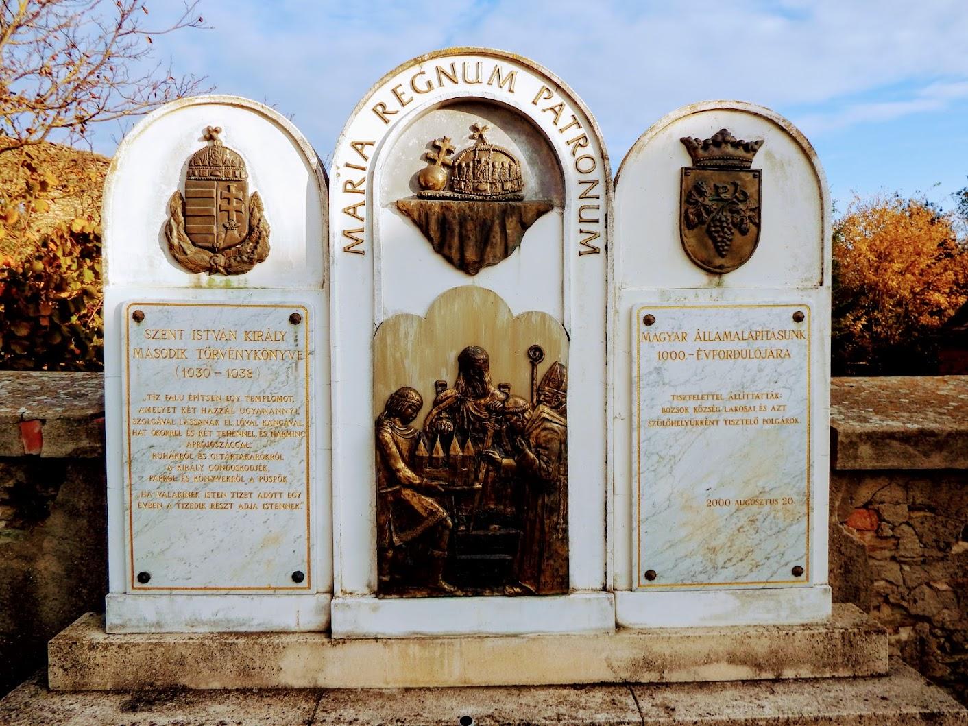 Bozsok - Millenimui Emlékmű a templomkertben