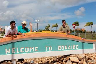 Photo: Lucas LU1FAM, Roberto LU2FA y Diego - LU8ADX en el aeropuerto de Bonaire
