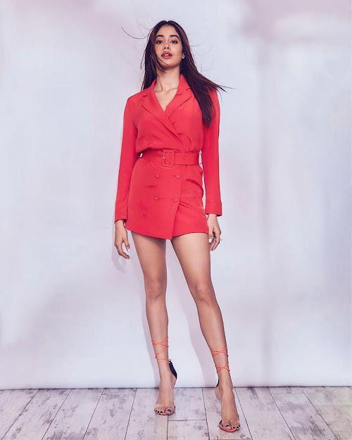 Janhvi Kapoor feet, Janhvi Kapoor high heels, Janhvi Kapoor in red