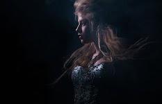 portret van vrouw met lange haren en feestjurk