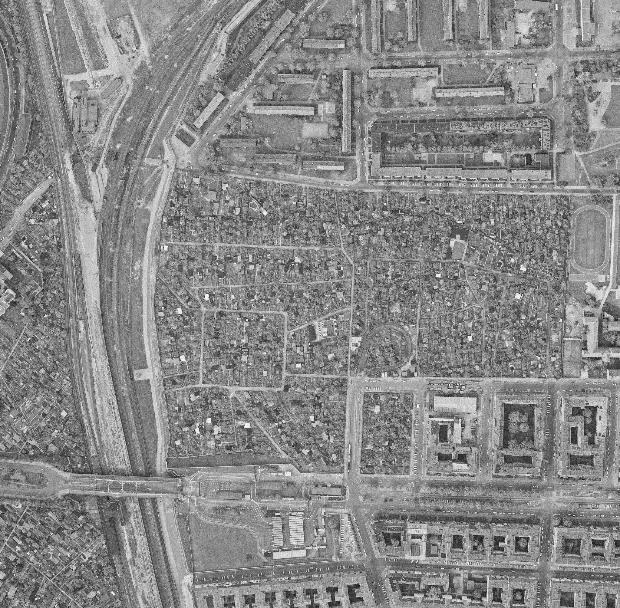 Photo: Luftbild der Kleingartenanlagen und Grenzanlagen an der Bornholmer Str im April 1989    Quelle: Senatsverwaltung für Stadtentwicklung