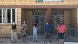 Parlamentario municipales del PSOE frente al colegio de Tahal.