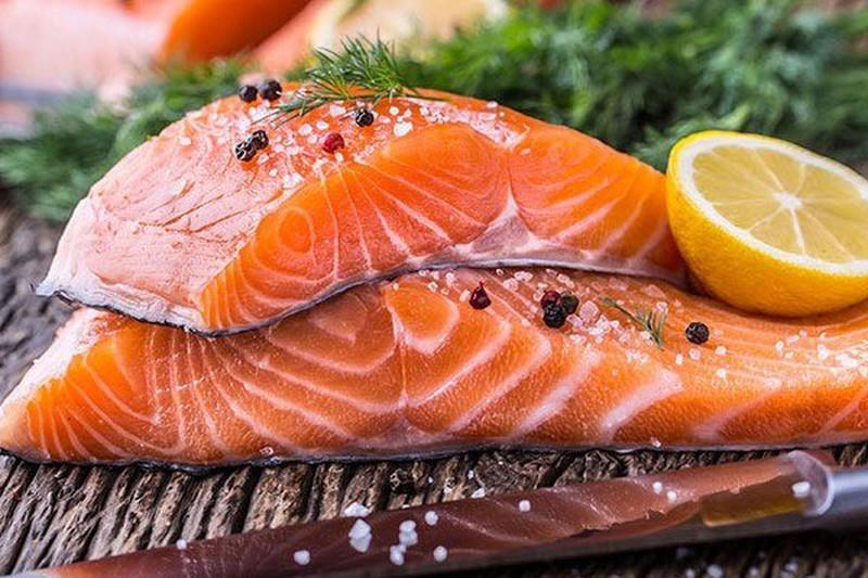 Cá hồi là một loại thực phẩm có nguồn axit béo omega-3 tuyệt vời có lợi cho sức khỏe của mắt.
