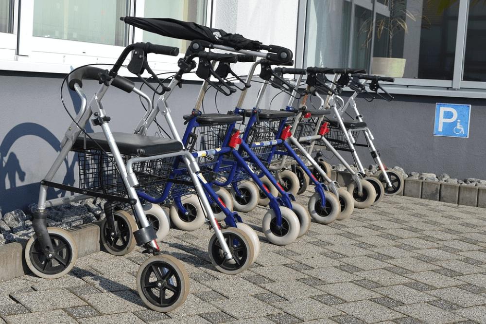 tipos andadores para idosos com rodas