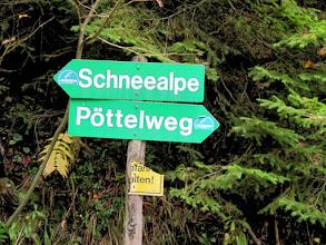 """Photo: Los geht es am Parkplatz nach dem Lurgbauern. Wir folgen dem Schild """"Pöttelweg""""."""