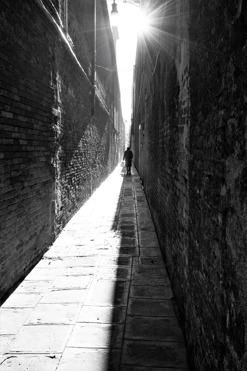 nella solitudine delle grandi mura di maee