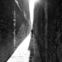 nella solitudine delle grandi mura di