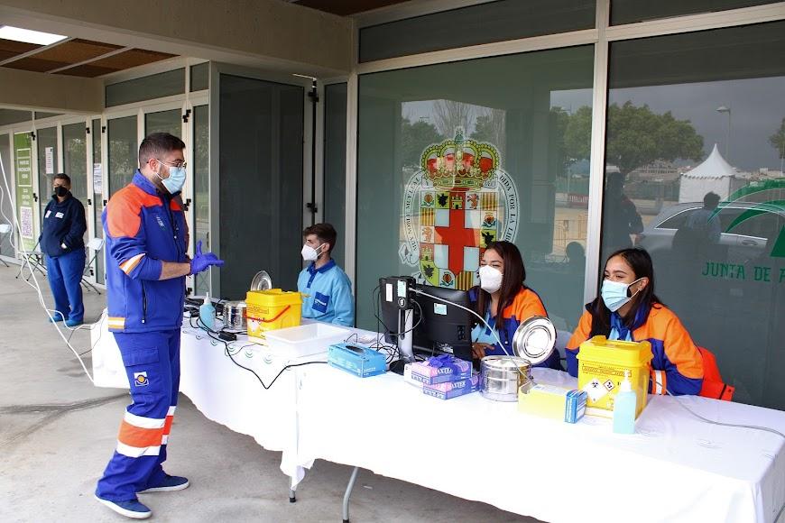 Profesionales de enfermería en el vacunódromo del Palacio de los Juegos Mediterráneos.
