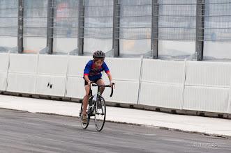 Photo: Maarten rijdt met een verbeten gezicht de rondjes.