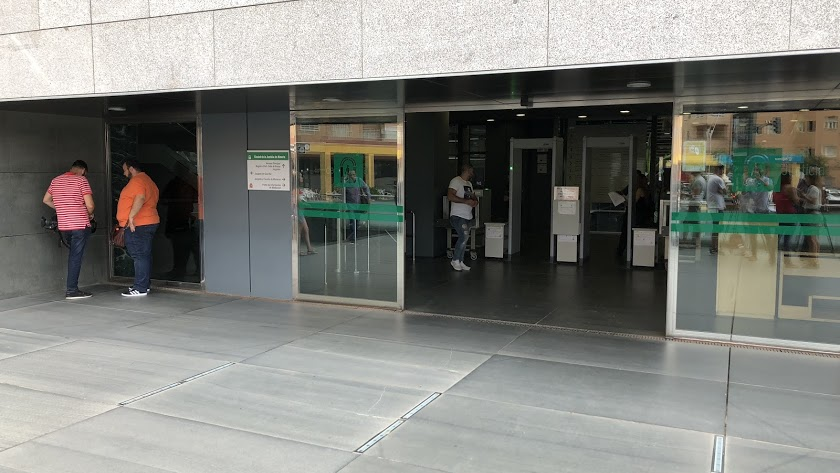 Imagen de la puerta de los juzgados en la capital almeriense.