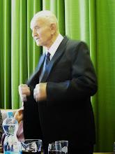 Photo: Zdeněk Smejkal vysvětluje, jak musel vyvětrat oblek...