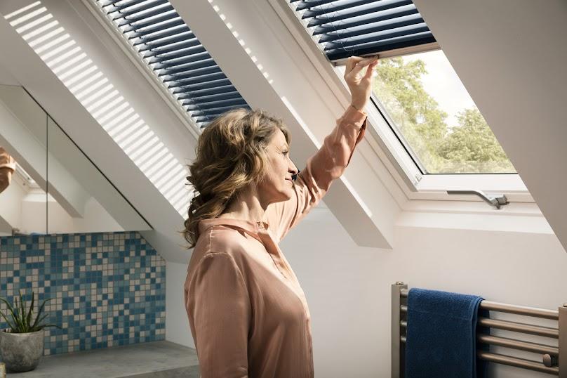 Trzyszybowe okno drewniano-poliuretanowe z dolnym otwieraniem VELUX GLU 0061 B