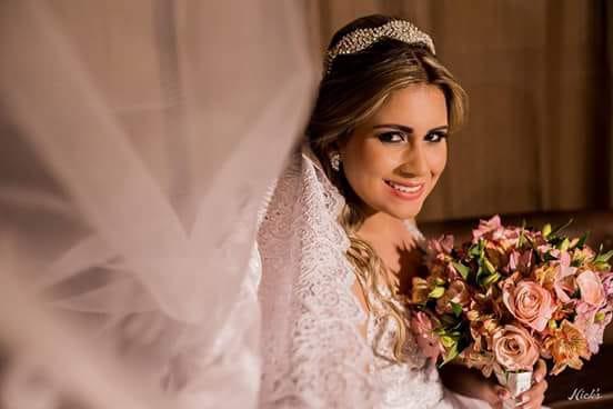 A imagem pode conter: 1 pessoa, sorrindo, casamento e flor