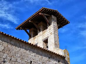 Photo: Clocher-mur coiffé d'un avant-toit assez rare