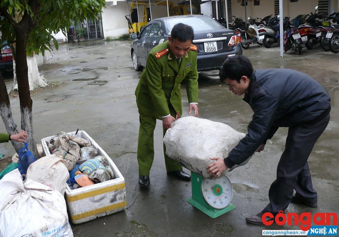 Phòng Cảnh sát Môi trường kiểm tra tang vật trong 1 vụ mua bán,                     vận chuyển động vật hoang dã