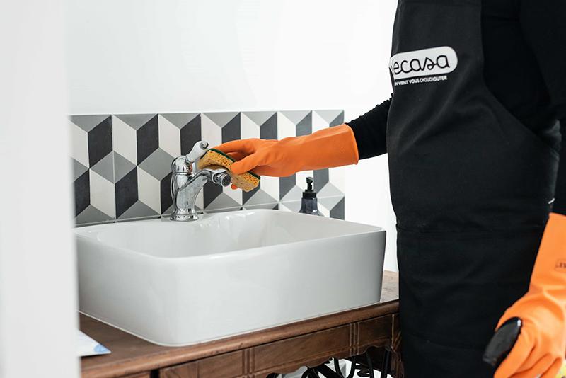 Ménage et nettoyage de la robinetterie