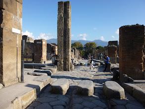 Photo: It.s3S226-141007Pompéï, site archéo, croisée de deux grandes rues, passage piétons, fontaine  P1000290