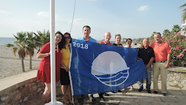 Alcaldesa y concejales con la Bandera Azul.
