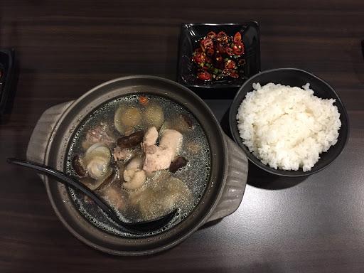 非常好吃的土雞鍋~ 我吃的是香菇蛤蜊鍋 蛤蜊非常新鮮飽滿大顆,香菇也幾乎整碗都是 配上新鮮生辣椒🌶️ 非常滿足的一餐👍🏼