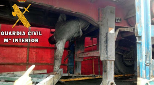 Encuentran a una persona oculta en los bajos de un camión procedente de Melilla
