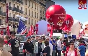 Streikende mit CGT-Fahnen und -Ballons.