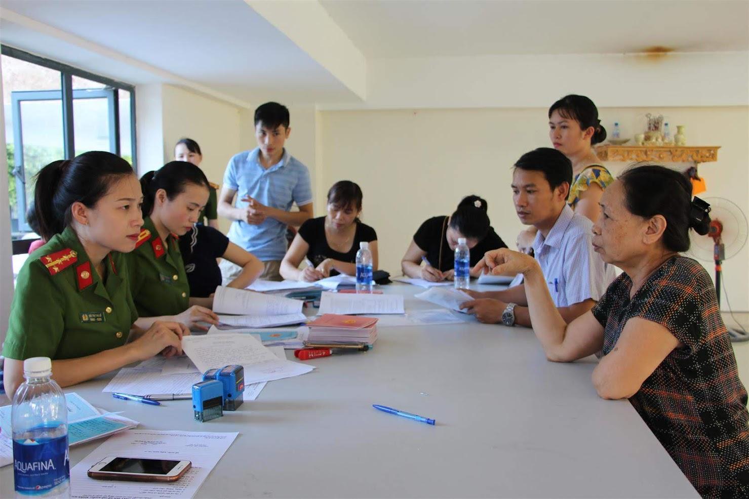 Công tác đăng ký thường trú cho các hộ dân                                                             của Đội Cảnh sát QLHC về TTXH Công an TP Vinh